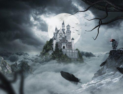 Chateau angoissant sous les rayons d'une magnifique lune blanche