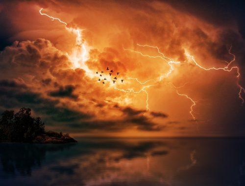 un éclair déchire le ciel