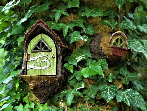 Une porte de fées sur un tronc d'arbre