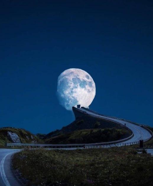 Lune quasi-pleine seule dans un ciel bleu