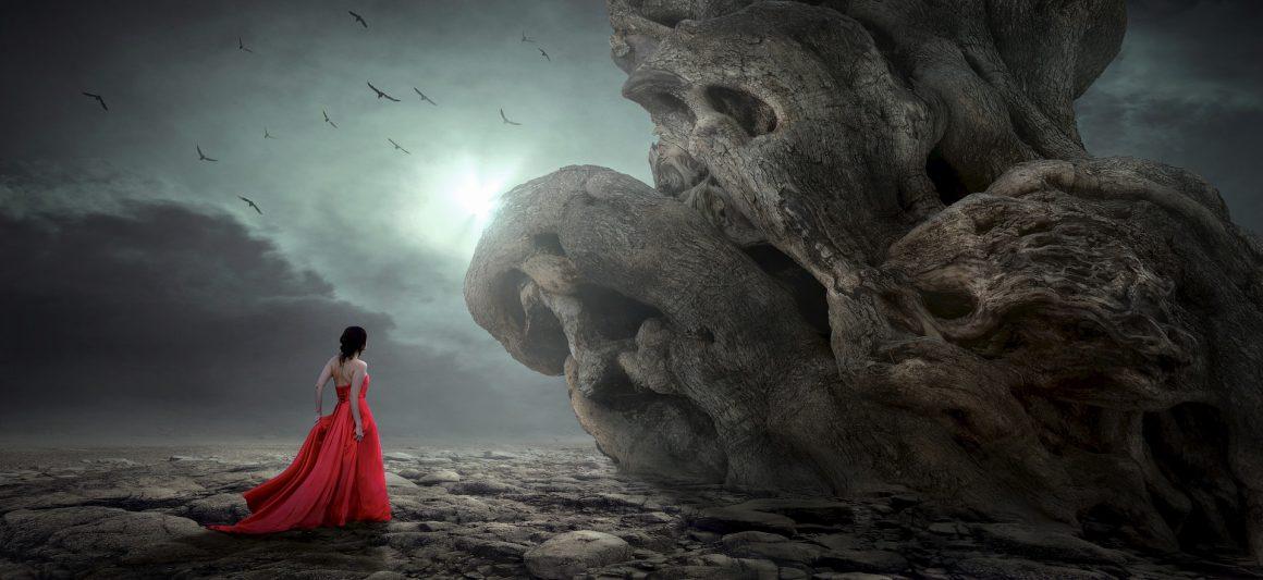 Jeune femme au milieu d'un paysage aride.